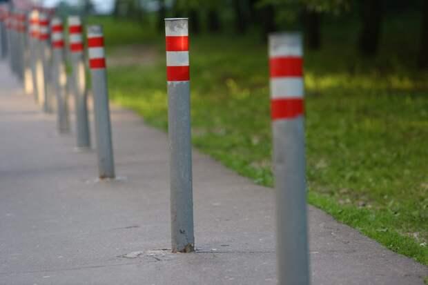Газон возле почты на Трофимова облюбовали автовладельцы