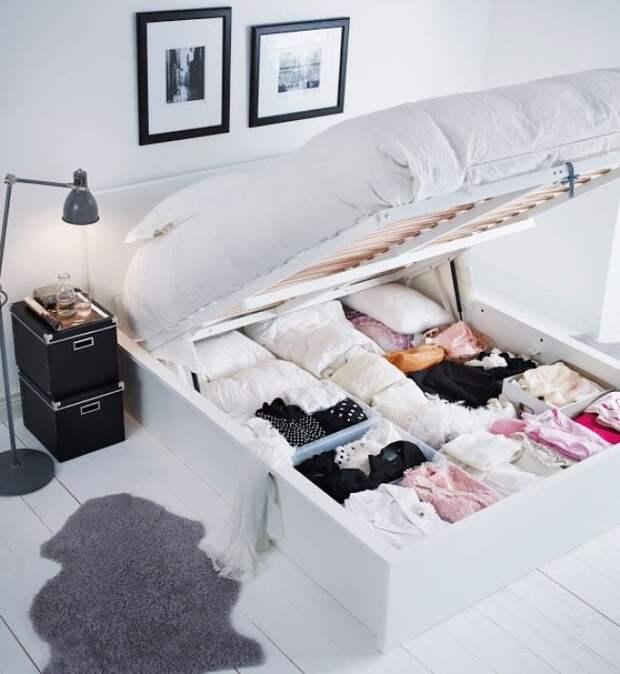 Пространство под кроватью очень здорово подходит для хранения любых вещей