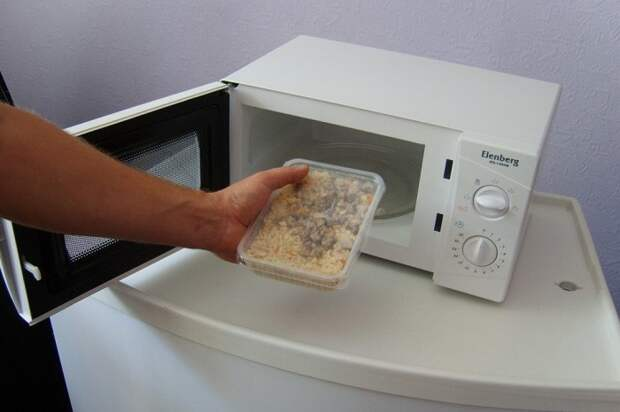 Контейнер нужно открывать перед тем, как ставить в микроволновку. / Фото: lozhka-povarezhka.ru