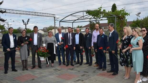 Возложение цветов к мемориальной доске в День памяти жертв депортации народов Крыма