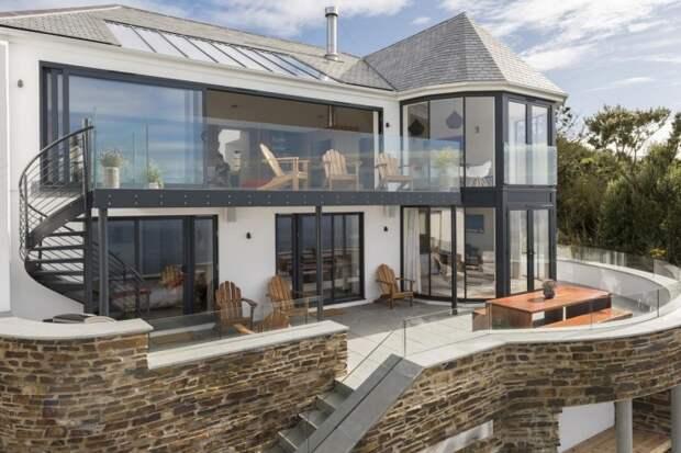 Каменный дом на крутом склоне в Англии