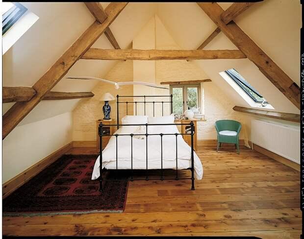 Симпатичное оформление комнаты под чердаком, что станет просто находкой для интерьера комнат такого плана.