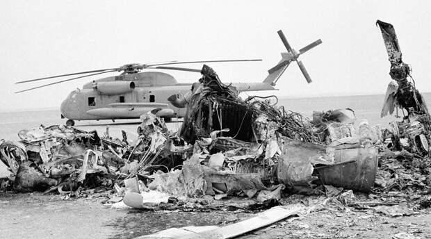 Операция «Орлиный коготь» Спецподразделение «Дельта» Дата: 24 апреля 1980 годаПотери: 8 коммандос, 5 вертолетовНи одного заложника не освобождено Эта катастрофическое попытка спасти американских заложников, удерживаемых иранцами в здании посольства в Тегеране, осталась самой большой ошибкой президента Картера. Провалы операции последовали с самого начала: из восьми вертолетов один рухнул в воду сразу после взлета с палубы авианосца, второй заблудился в пылевой бури и вынужденно вернулся на базу. Точкой высадки командование выбрало заброшенный британский аэродром, расположенный глубоко в пустыне. Разведка утверждала, что место глухое, но оказалось, что совсем рядом проходит оживленное шоссе — операция была демаскирована. При дозаправке одного из оставшихся вертолетов произошла авария. Он врезался в самолет-заправщик и в результате пожара погибло восемь человек. После этого командование свернуло операцию и экстренно эвакуировало бойцов с территории Ирана.