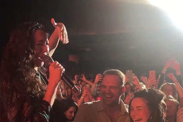 Парень сделал предложение возлюбленной во время концерта Манижи