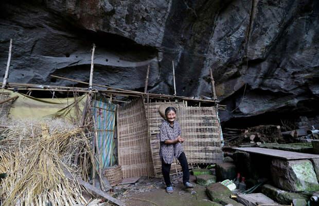 Молодая пара после свадьбы поселилась в пещере и почти 60 лет живут там