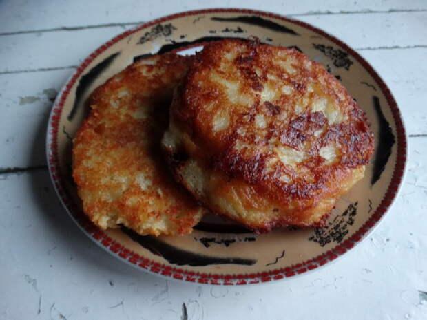 Мои фирменные пирожки. Тесто такое, что кажется, что мясная начинка укутана в запечённом сыре