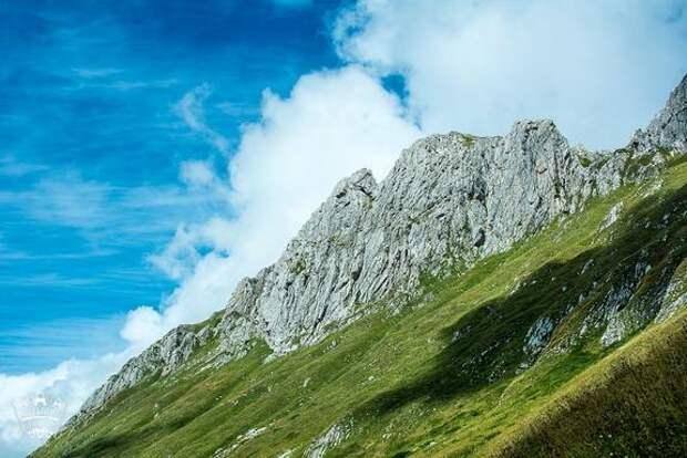 Сотрудники МЧС Абхазии продолжают искать потерявшегося в горах россиянина