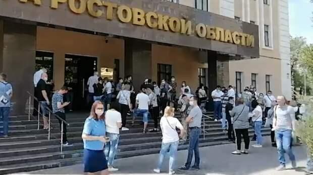 Торговцы сзакрытых рынков съехались кзданию прокуратуры вРостове-на-Дону