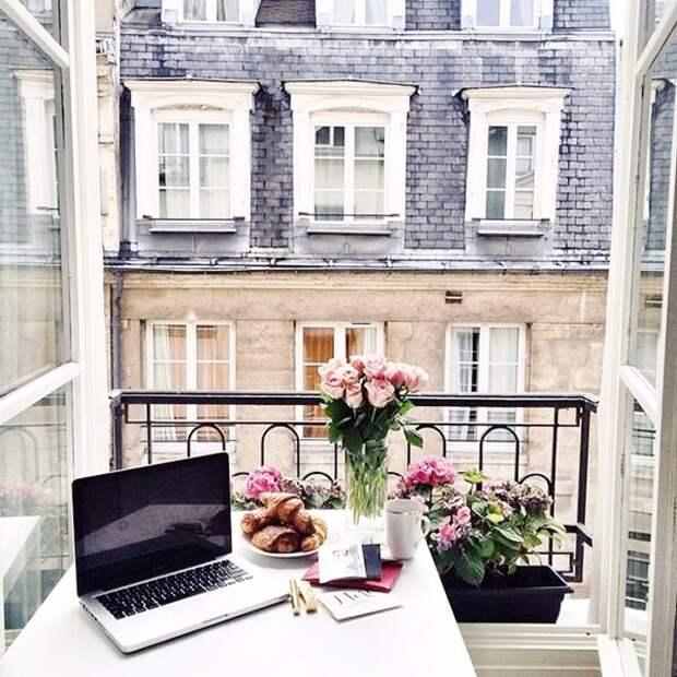Интересный вариант создать место для работы прям на балконе, что подарит легкую и непринужденную обстановку.