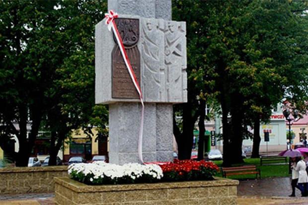 В польском городе памятник советским солдатам заменят на елку