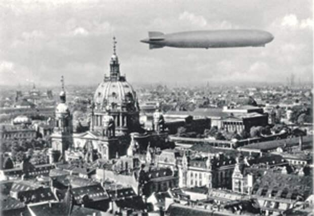 Дирижабль «Цеппелин» над Берлином. Почтовая открытка. 1930