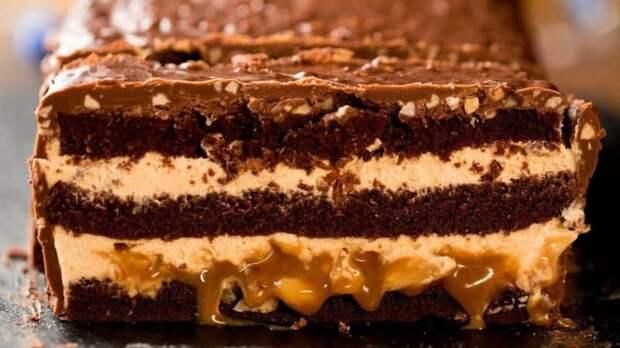 Торт шоколадный батончик Сникерс