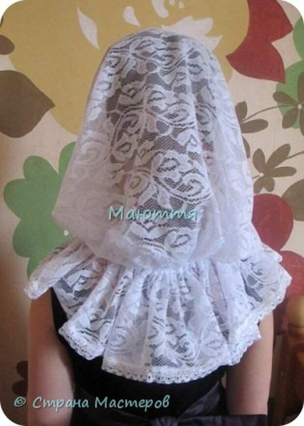 Чем хороши подобные платки? 1) они не спадают с головы даже при поклонах, 2) закрывают плечи, что немаловажно летом, когда хочется одеть сарафан, но из-за открытых плеч приходится от него отказываться 3) очень красивы и эффектны! Особенно на венчании невеста будет невероятно хороша в таком платке Шьется такой платок из гипюра, фистонного кружевного полотна, просто из шелка и обшивается соответствующим кружевом. Расход: при ширине гипюра 140-150см из 110-120см у вас выйдет 2 платка; кружево на данный размер 3-3.5 метра (на 1 платок); 1.5- 1.6 метра косой бейки в тон; 1.5 м тонкой атласной ленточки; 2 концевика (или 2 бусинки) Данный платок шился для взрослого человека, но моделью работает моя 5и летняя дочь))), хотя на взрослом платок смотрится, практически, так же красиво фото 16