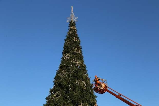 На Центральной площади Ижевска начали украшать главную городскую елку