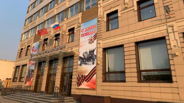 Копии Знамени Победы подняли на зданиях в Барнауле
