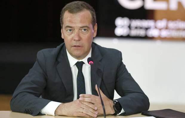 Медведев пророчит России четырехдневную рабочую неделю
