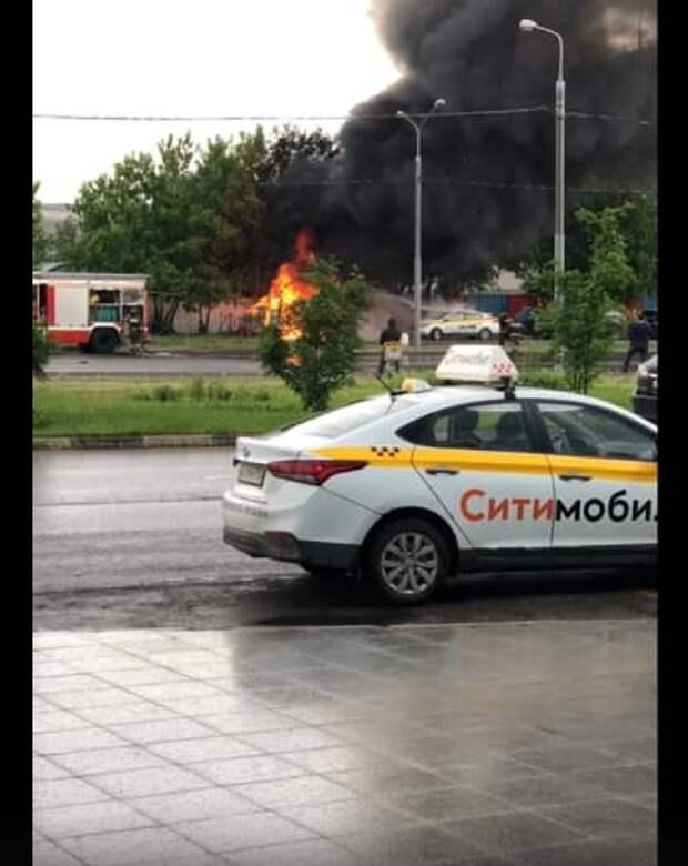 В Щукине загорелся фургон