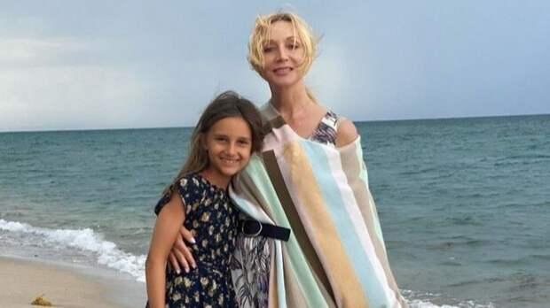 Внучка Пугачевой дважды сделала вертикальный шпагат наедущем самокате— видео