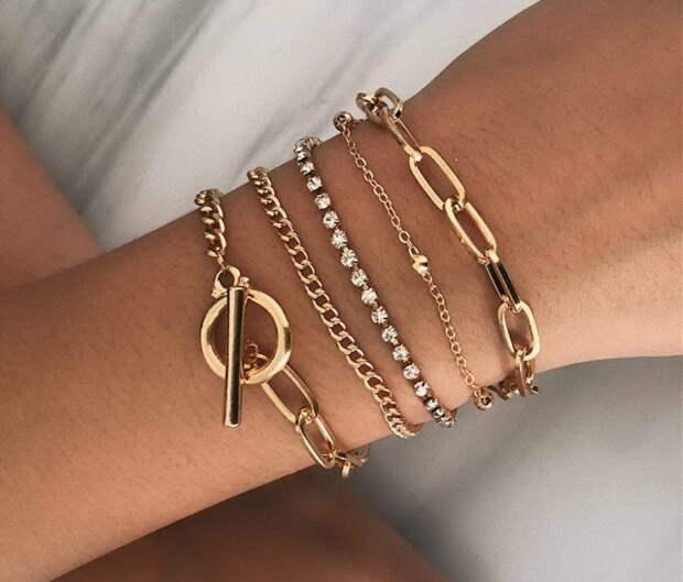 золотые браслеты на женском запястье
