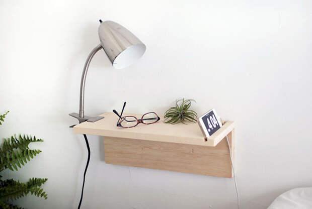 Компактный подвесной столик вместо прикроватной тумбы.