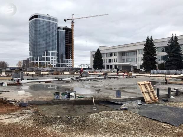 Ход работ по реконструкции Центральной площади Ижевска проинспектировал мэр города Олег Бекмеметьев