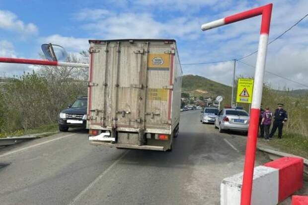 Водители большегрузов дважды снесли габаритные ворота