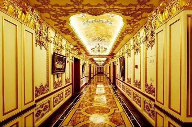 Коридоры здания сделаны сплошь из ценного дерева и инкрустированы золотой фольгой.