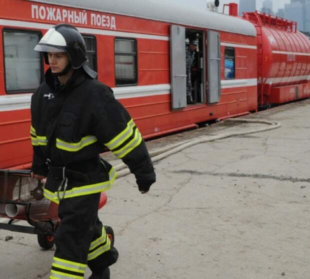 К тушению пожара на заводе в Самаре привлекли два пожарных поезда