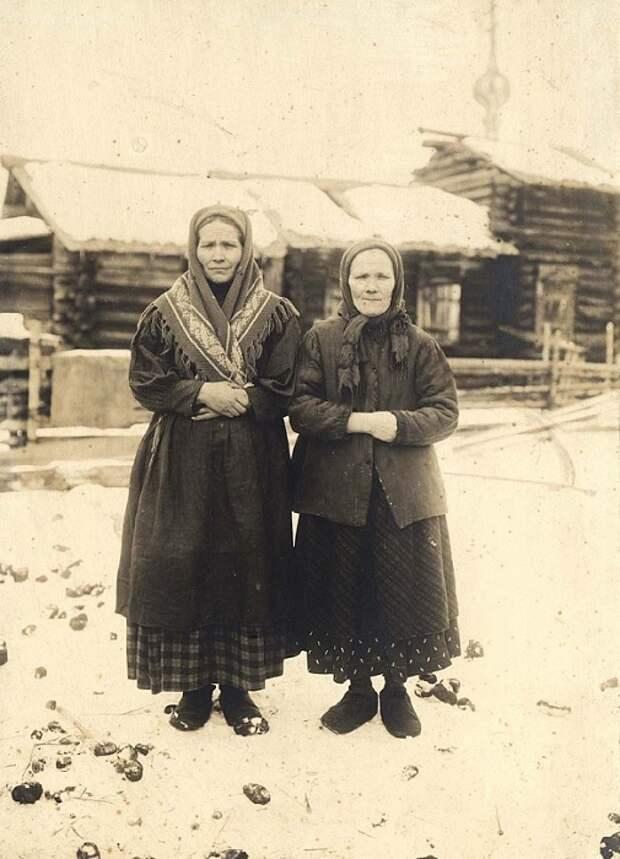 По лицу этих женщин не вычислить их возраст. Обычно легче это сделать по рукам: чем старше женщина, тем больше времени она работает дома и тем светлее руки. Хотя иногда загар въедался на всю жизнь.