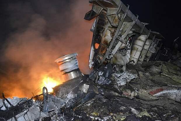 На борту лайнера находились 298 пассажиров и членов экипажа, все они погибли. В конце мая 2015 года международные эксперты завершили поисковую миссию на месте крушения самолета. Собранные обломки лайнера, останки пассажиров и их личные вещи были отправлены в Нидерланды