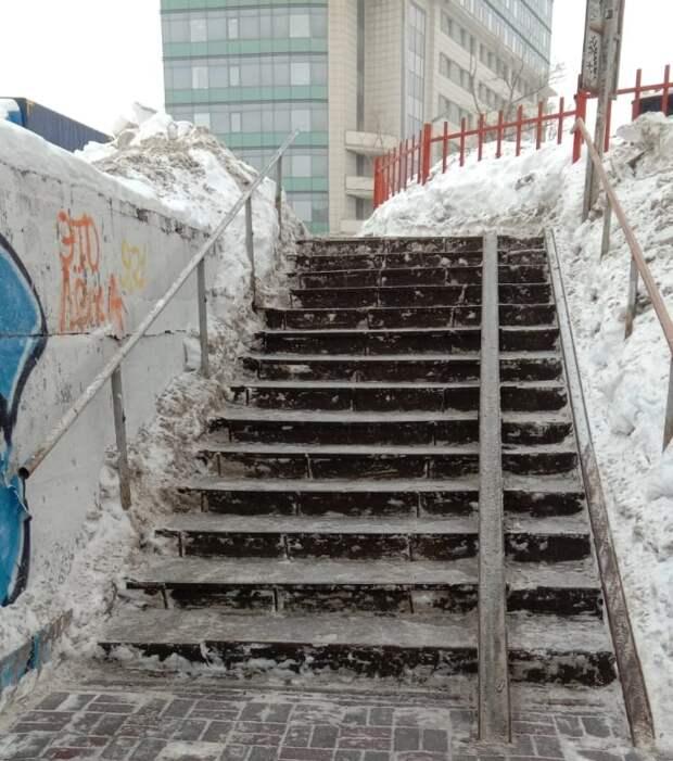 В Беговом расчистили лестницы у перехода через железную дорогу