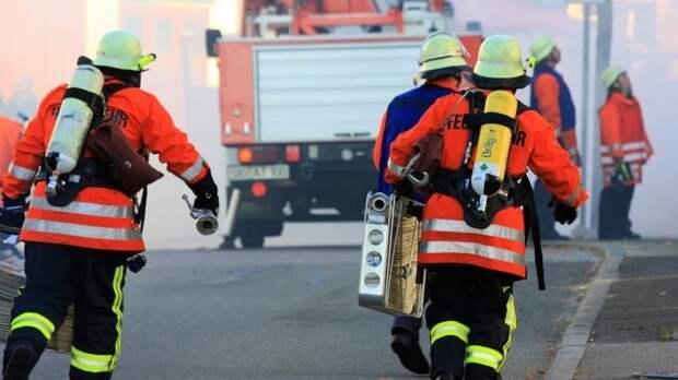 Петербуржец умер при попытке вывезти машины из охваченного огнем автосервиса