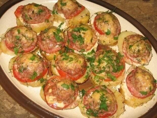 Картофель, запеченный с мясом и помидорами.
