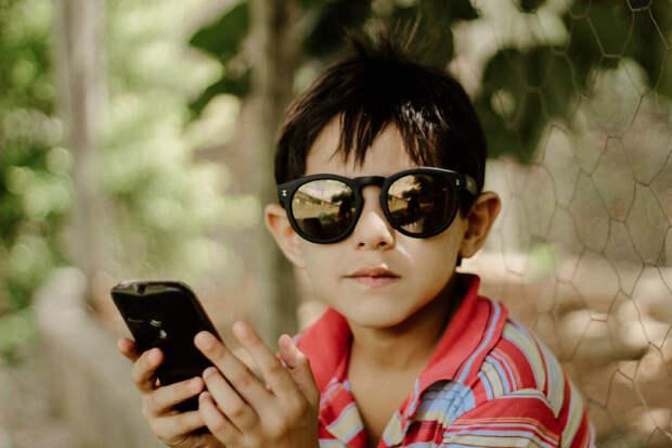 Вы задаётесь вопросом -стоит ли покупать ребёнку телефон? Вот 5 признаков того, что он ещё не готов.