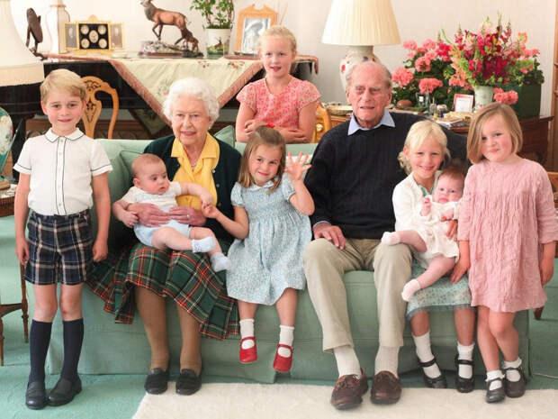 Королева Елизавета и принц Филипп с правнуками