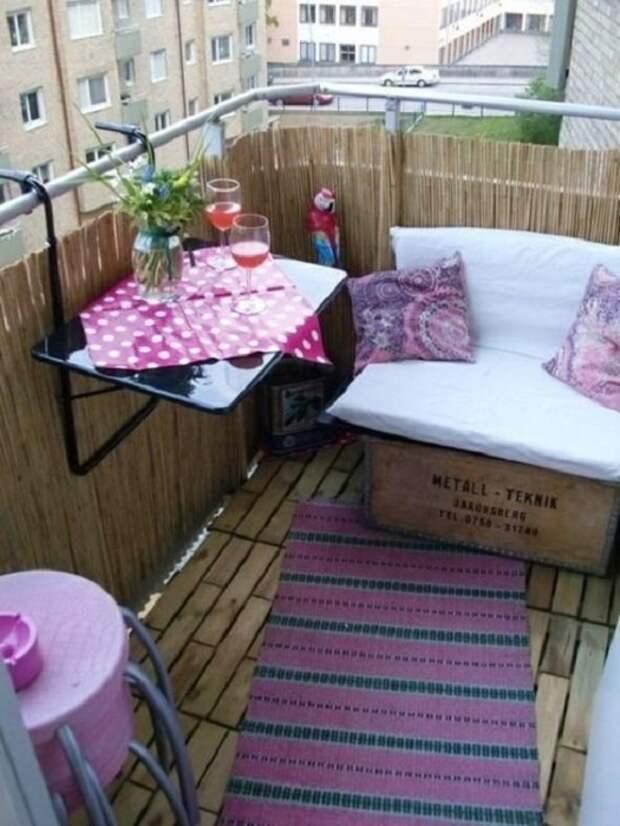 Романтическая обстановка на балконе создана благодаря просто отличным, но простым дизайнерским решениям.