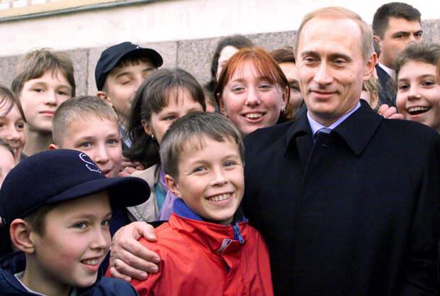 Школьники Санкт-Петербурга поздравили главу государства с его днём рождения. Фото © ТАСС / Сергея Величкина и Владимира Родионова