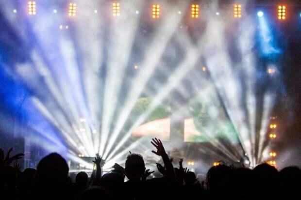 Группа Coldplay в два раза сократит выброс CO2 на своих концертах