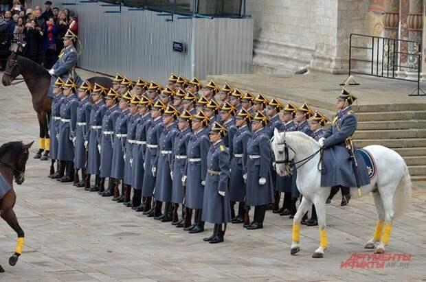 В Кремле возобновились церемонии развода пеших и конных караулов