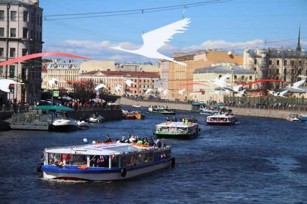 Первая в России «Бессмертная флотилия» эффектно прошла по рекам и каналам Петербурга