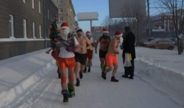 Жители Новосибирска устроили массовый забег в купальниках в 35-градусный мороз