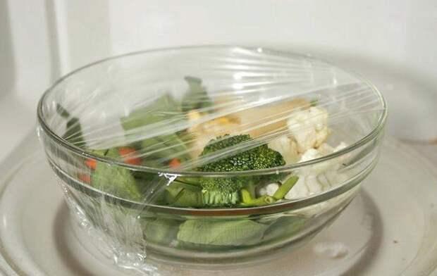 Миску с овощами нужно накрыть пищевой пленкой. / Фото: luxury-house.org