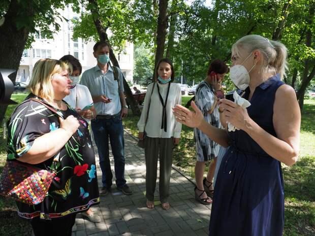 Депутат ГД Ирина Белых проверила безопасность детских площадок в Северном Тушине