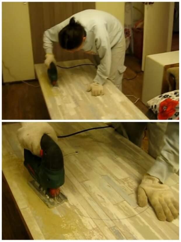 С помощью электролобзика отверстия под мойку и газовую плиту Анна сделала сама. | Фото: youtube.com.