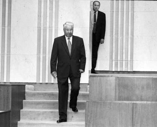Борис Ельцин и Александр Коржаков. Фото: Эдди Опп / Коммерсантъ)