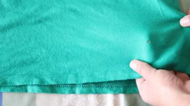 Отличный лайфхак: «зашить» дырку на одежде, не используя иголку и нитку…