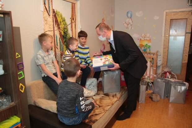 В День защиты детей префект СВАО побывал в гостях у многодетной семьи из Марьиной рощи