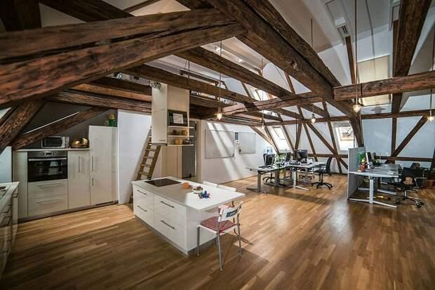Крутой интерьер современной кухни дополнен интересным и прекрасным решением разместить её под чердаком дома.