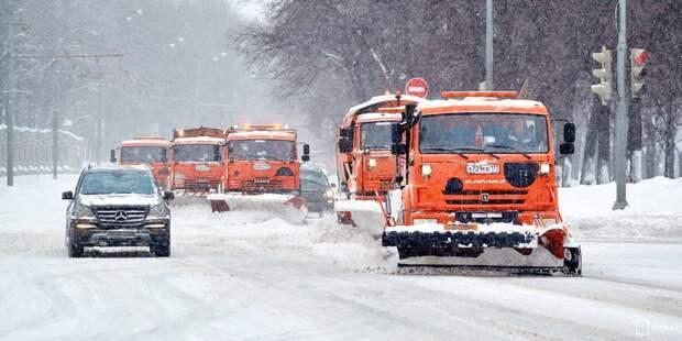 Коммунальщики Южного Медведкова продолжают уборку снега после сильного снегопада