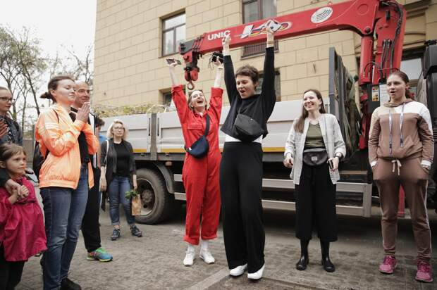 Петербуржцы высадили клены на Садовой улице —только посмотрите, как они довольны! Пять фотографий с акции